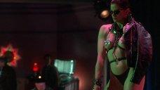 Секси Лиза Лион с наклейками на сосках