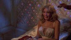 Испуганная Оливия д'Або в откровенной ночнушке