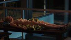 Суши на голом теле Ким Кэтролл