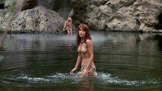 Таня Робертс купается топлес