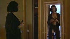 Джоан Северанс в белье перед зеркалом