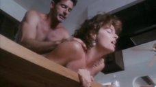 Страстный секс с Джоан Северанс на кухне
