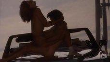 Секс с Джоан Северанс на капоте машины