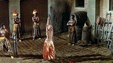 Женщину хлестают по спине