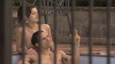 Emma Compagnon топлес у бассейна