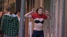 Эмма Бут надевает футболку