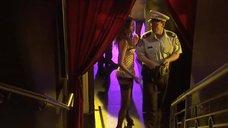 Секси Эмма Бут разбирается с полицейским