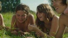 Голая молодежь веселится в поле