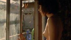Пэ Ду-на топлесс смотрит в окно