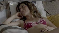 Жулиана Шальч в белье на кровати