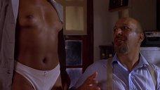 Наташа Будхи показывает голую грудь