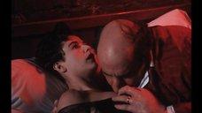 Поцелуй груди Деми Мур