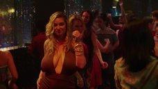 Сисястая дама в клубе