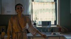 Мэгги Джилленхол в прозрачном халате