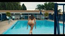 Елена Анайя плавает голой в бассейне