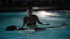 Александра Туршен учит плавать в бассейне
