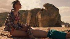 Полина Пушкарук в купальнике на пляже