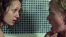 22. Голые Виктория Толстоганова и Виктория Исакова в ванной – Очень женские истории