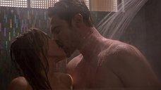 Эротическая сцена с Даниэль Савре в душе