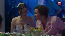 Декольте Антонины Хижняк в свадебном платье