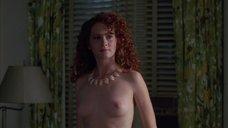 Мелисса Лео показывает голую грудь