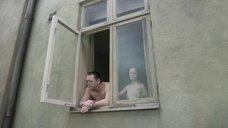 Девушка без лифчика у окна