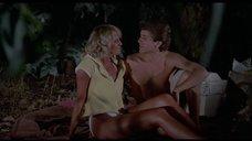 Эротическая сцена с блондинкой ночью на природе