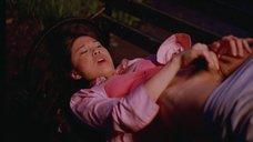 Сук-Йин Ли мастурбирует на лавочке