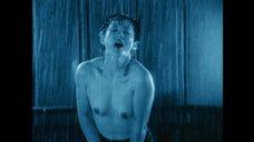Обнаженная Асука Куросава под дождем