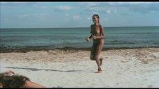 Полностью обнаженная Зеуди Арая выходит из моря