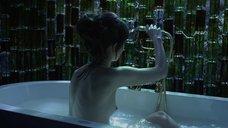 Майя Шопа мастурбирует в ванне