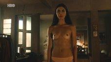 Жулия Ианина показывает голую грудь