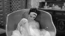 Барбара Стил принимает ванну