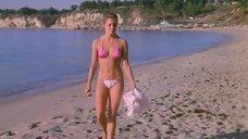 Катрин Мэри Стюарт в купальнике на пляже