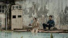 Дебора Секку купается топлес