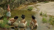 Подглядывание за женщинами топлес у воды