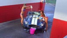 Девочки в бикини моют машины