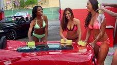 Работницы автомойки в купальниках