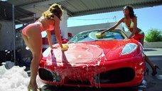 Красотки сексуально моют машины