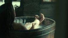 Инма Куэста принимает ванну
