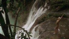Анни Бель голышом у водопада