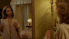2. Полностью голая Дирк Альтевогт перед зеркалом – Мадам Клод 2