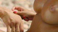 Захия Дехар топлес на пляже