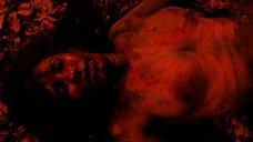 Раздетая Виктория ДеМаре в грязи и крови