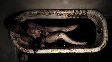 Прикованная обнаженная Кэролин Уильямс в ванне