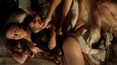 Сцена с девушками в постели