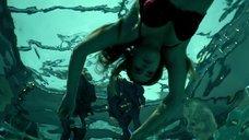 Бри Нил в бассейне