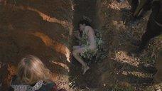 Обнаженная Эллен Пейдж лежит на земле