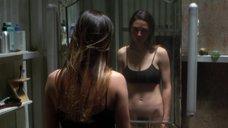 1. Дженнифер Коннелли рассматривает себя в зеркале – Реквием по мечте