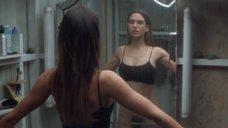 Дженнифер Коннелли рассматривает себя в зеркале